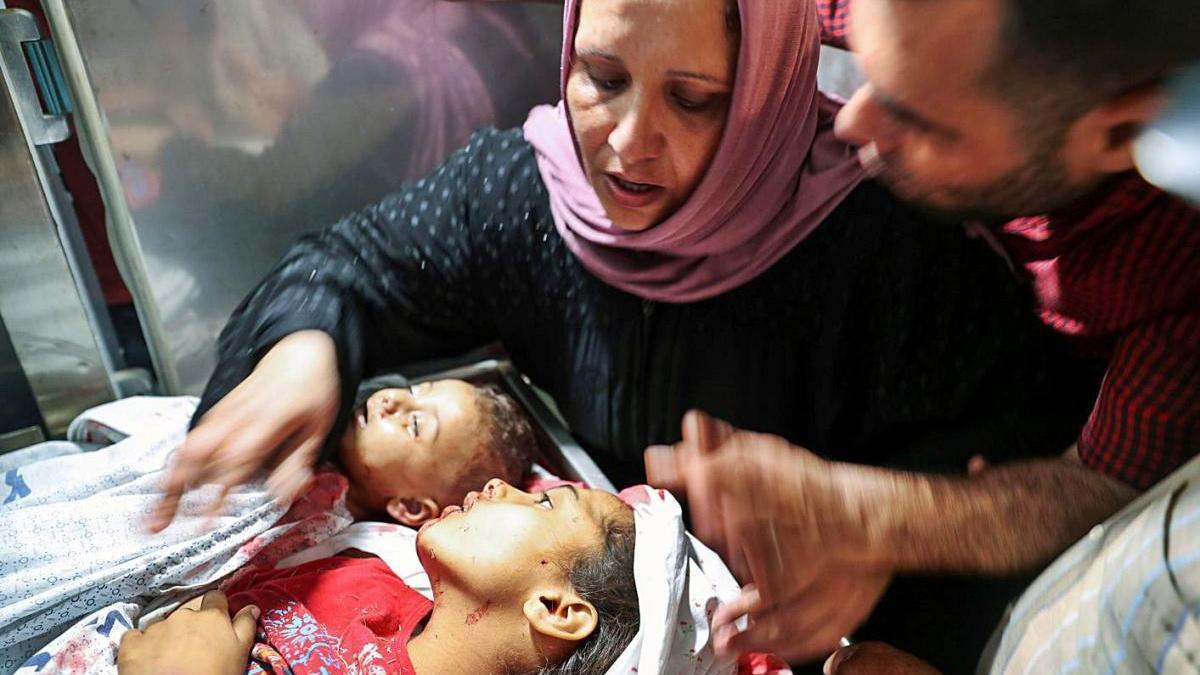 Una dona palestina plora per la mort de dos dels seus fills a la Franja de Gaza.