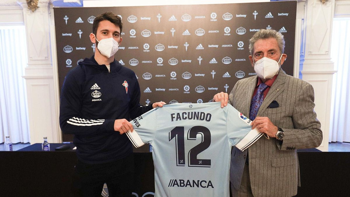 Facundo Ferreryra y Carlos Mouriño posan con la camiseta del delantero en A Sede