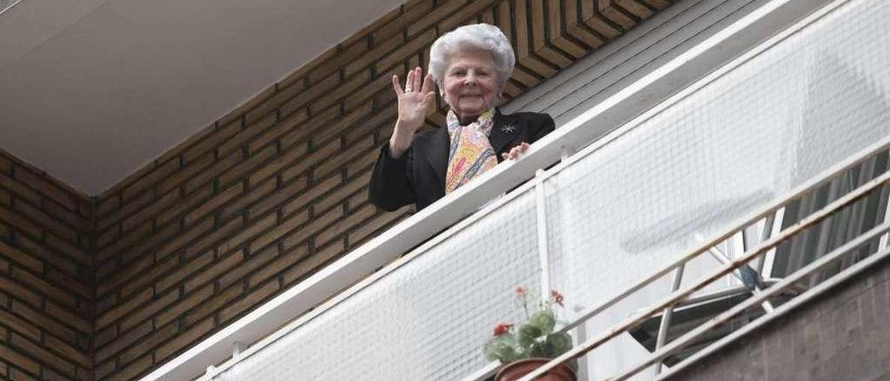 Angelita Díaz, ayer, asomada en el balcón en su piso de Oviedo.
