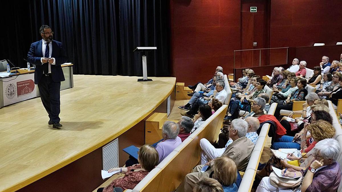 Conferencia en el salón de actos del Campus Viriato para alumnos de la UNEX.