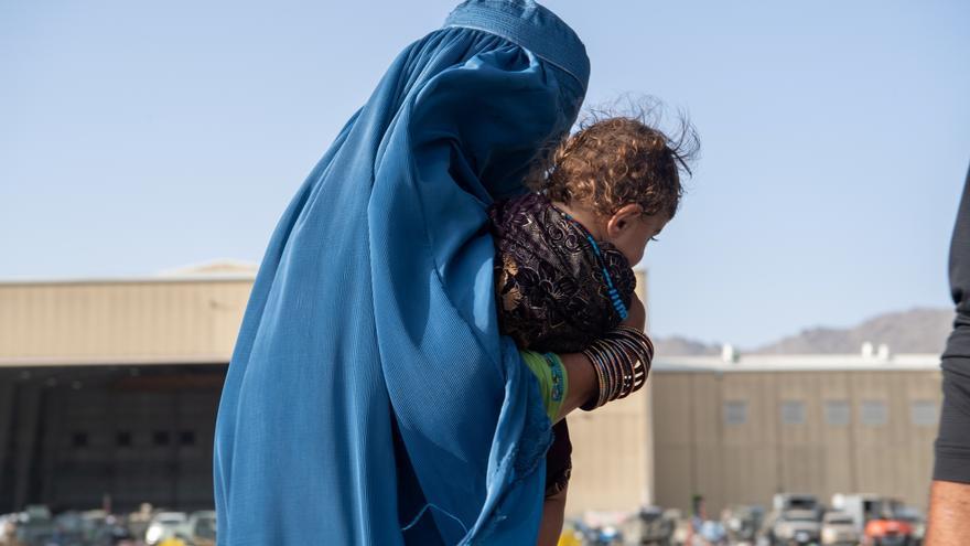 Una mujer afgana vende a su hijo para costear la atención médica a su hija