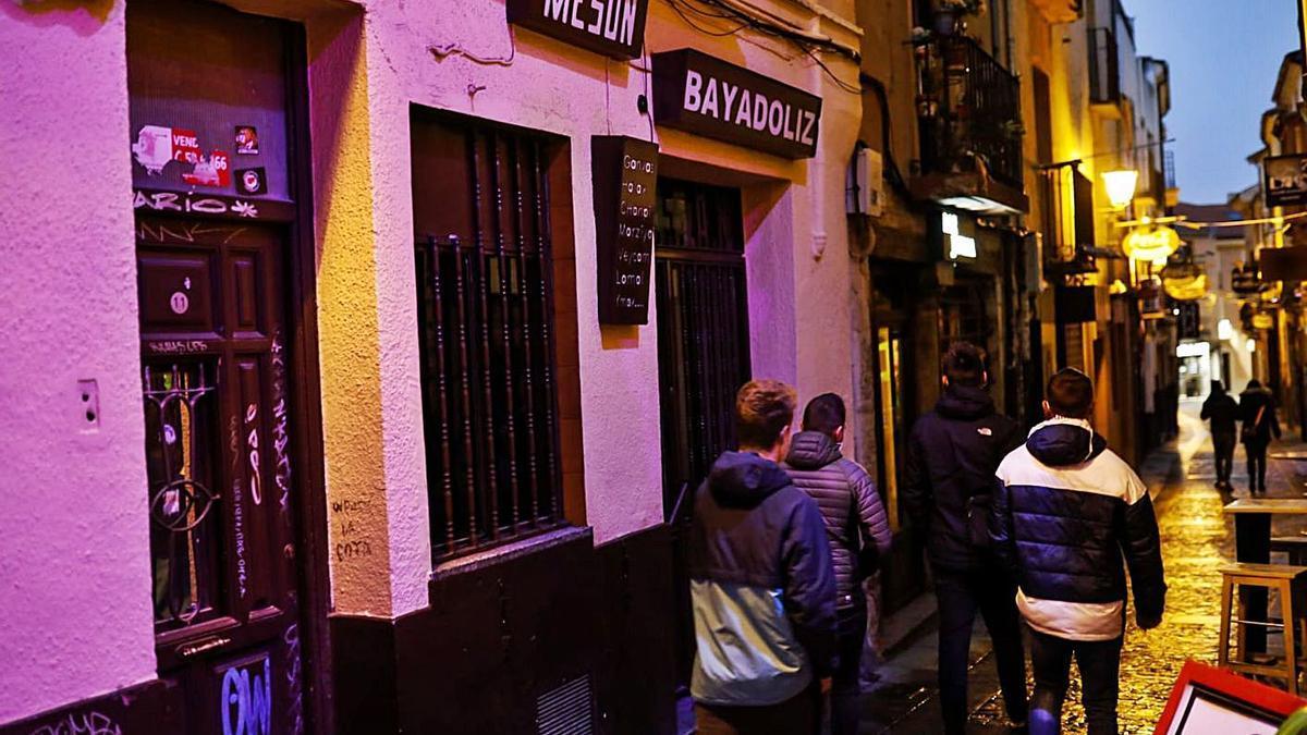 Un grupo de amigos pasea por los Herreros, junto al Mesón Bayadoliz. | Nico Rodríguez