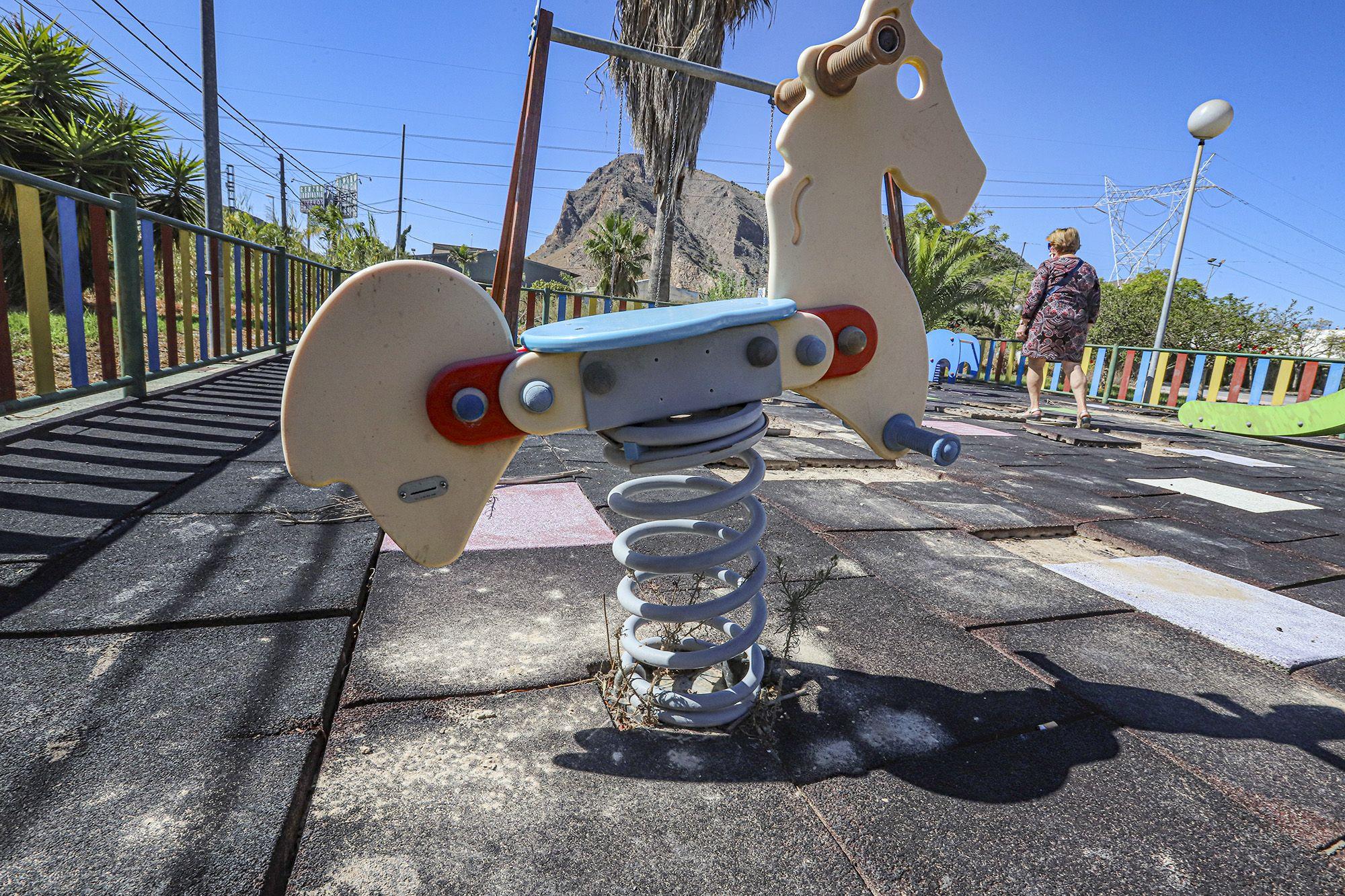 El abandono del parque infantil de El Escorratel (Orihuela)