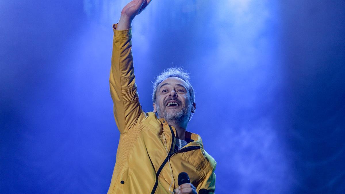 El cantante de Love Of Lesbian, Santi Balmes, sobre el escenario