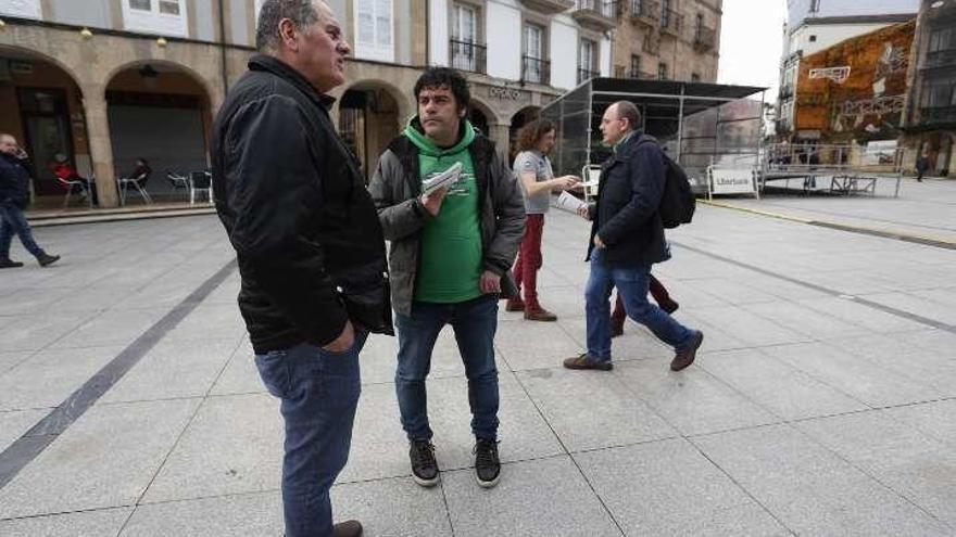 Somos Avilés explica en la calle su negativa a aprobar los presupuestos