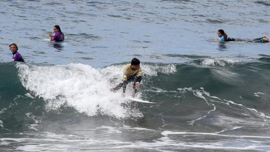 Nace una asociación que aúna a escuelas de surf para potenciar los valores de este deporte