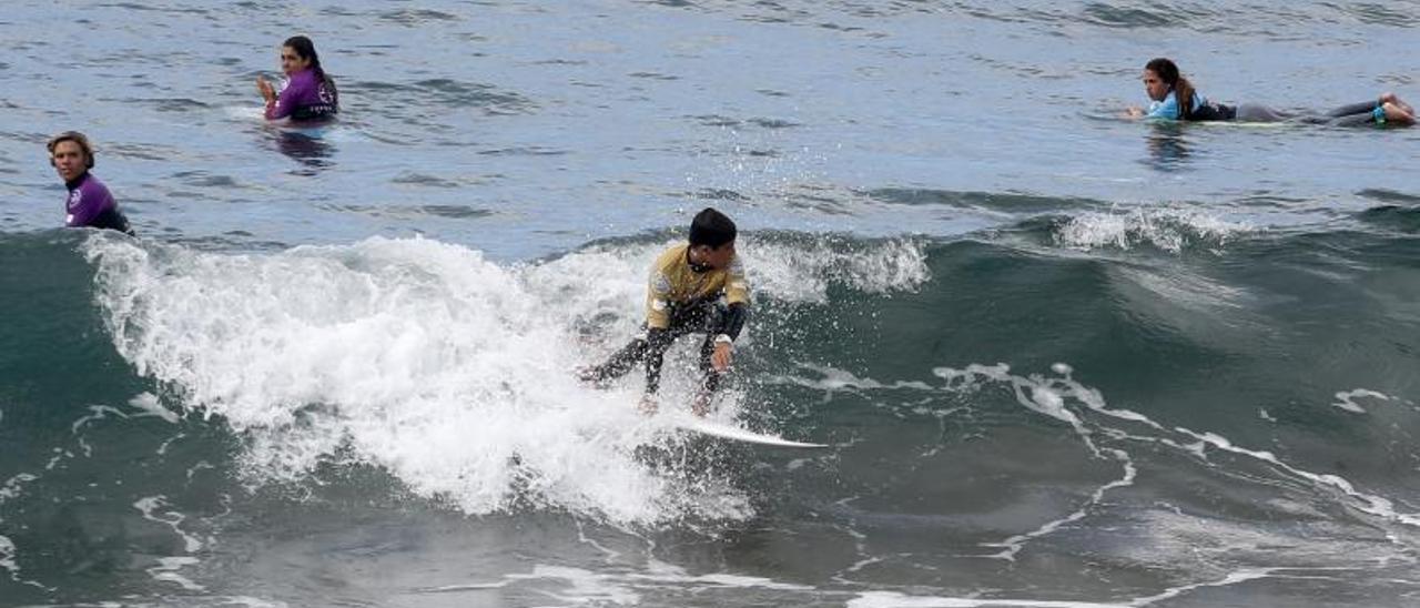 Surfistas en la playa de Salinas durante el verano de 2019. | Mara Villamuza