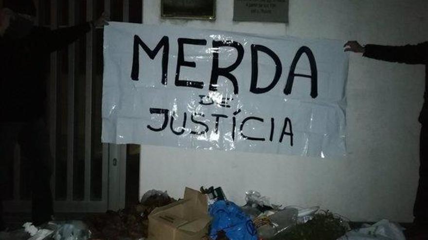 Els CDR tornen a abocar fems a les portes dels jutjats de diferents municipis