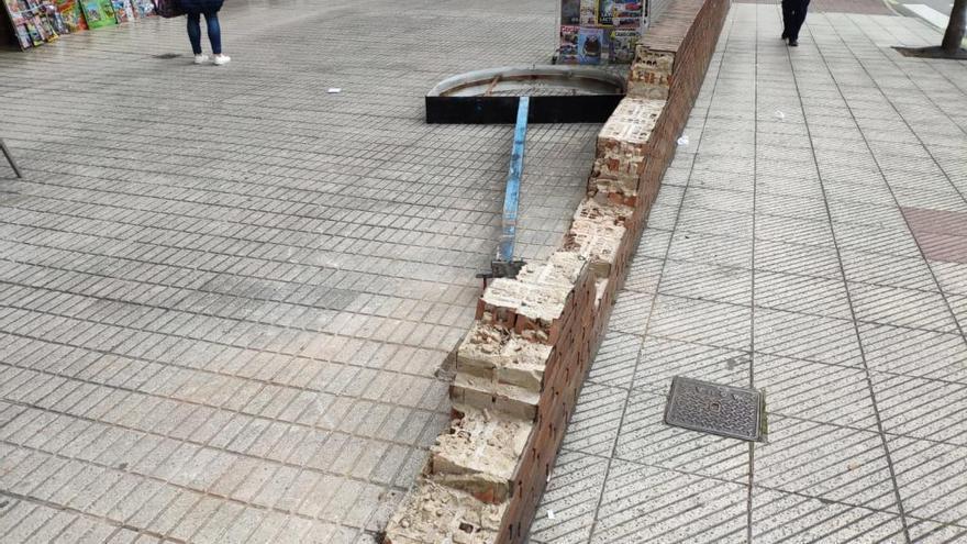 Cortan una acera en El Cristo tras caer el voladizo de un edificio de cinco pisos