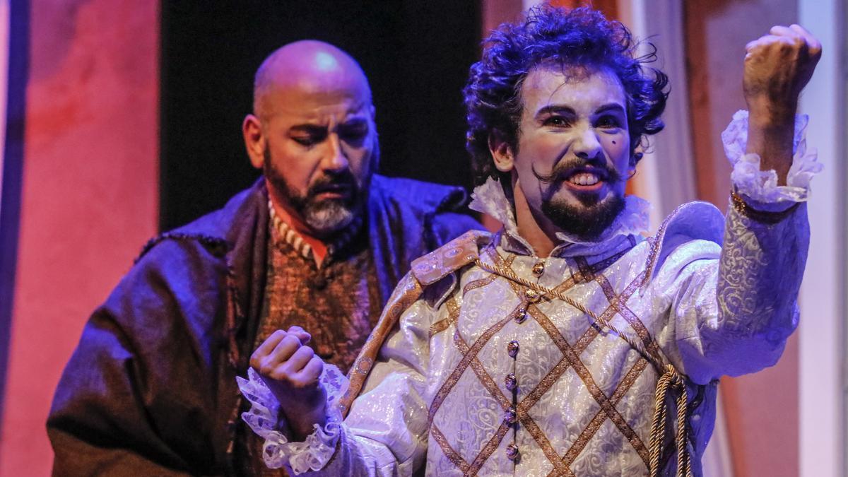 Actores durante el transcurso de 'Entre bobos anda el juego' de Verbo, este jueves, en Cáceres