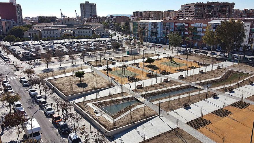 Una puerta de hace un siglo da entrada al nuevo parque de la Ciudad de la Justicia en Alicante