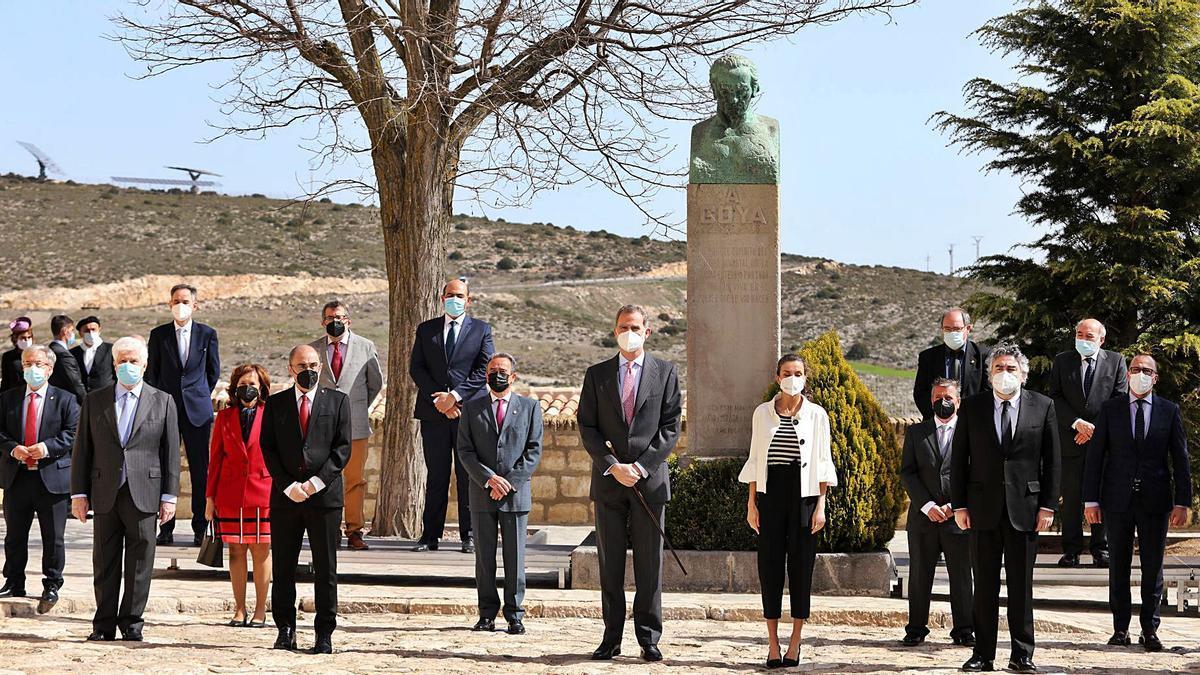 El ministro de Cultura, el presidente aragonés, así como los alcaldes de los municipios que tienen obra de Goya acompañaron a los Reyes. | ÁNGEL DE CASTRO