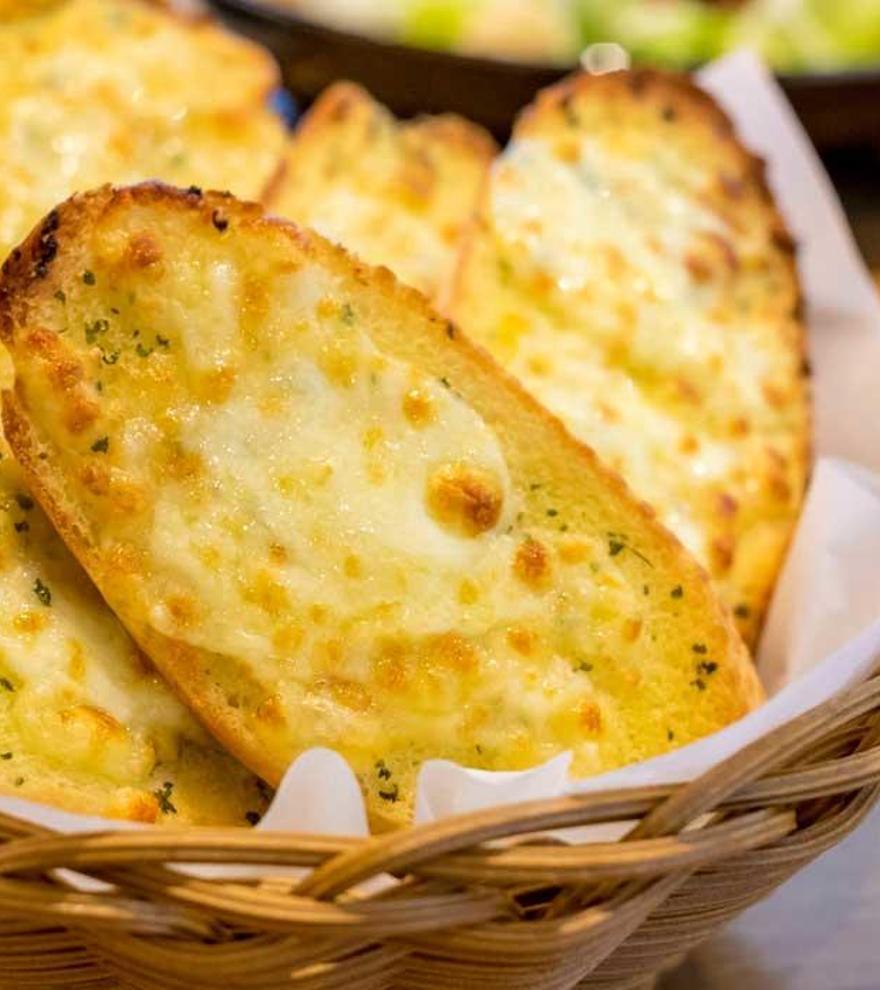 Pan de ajo con queso gratinado, el rey de los snacks