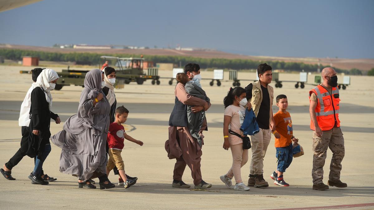 España recibe otro avión con 260 afganos evacuados