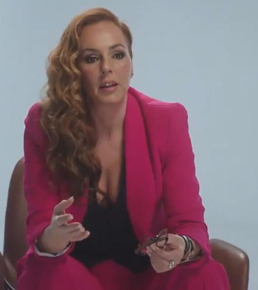 ¿Cuánto cuesta y dónde se puede comprar el icónico traje fucsia de Rocío Carrasco?