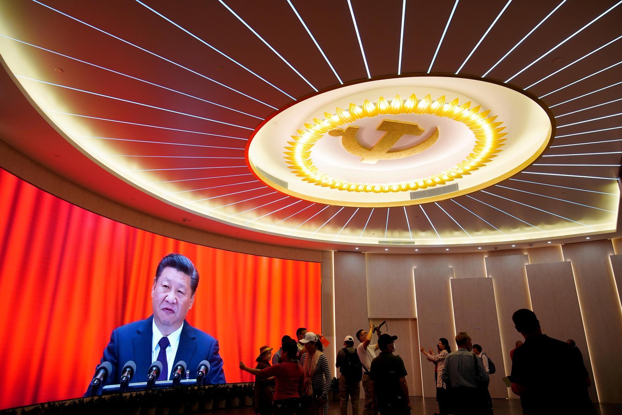 El presidente Xi Jinping habla durante la clausura del congreso del Partido Comunista de China