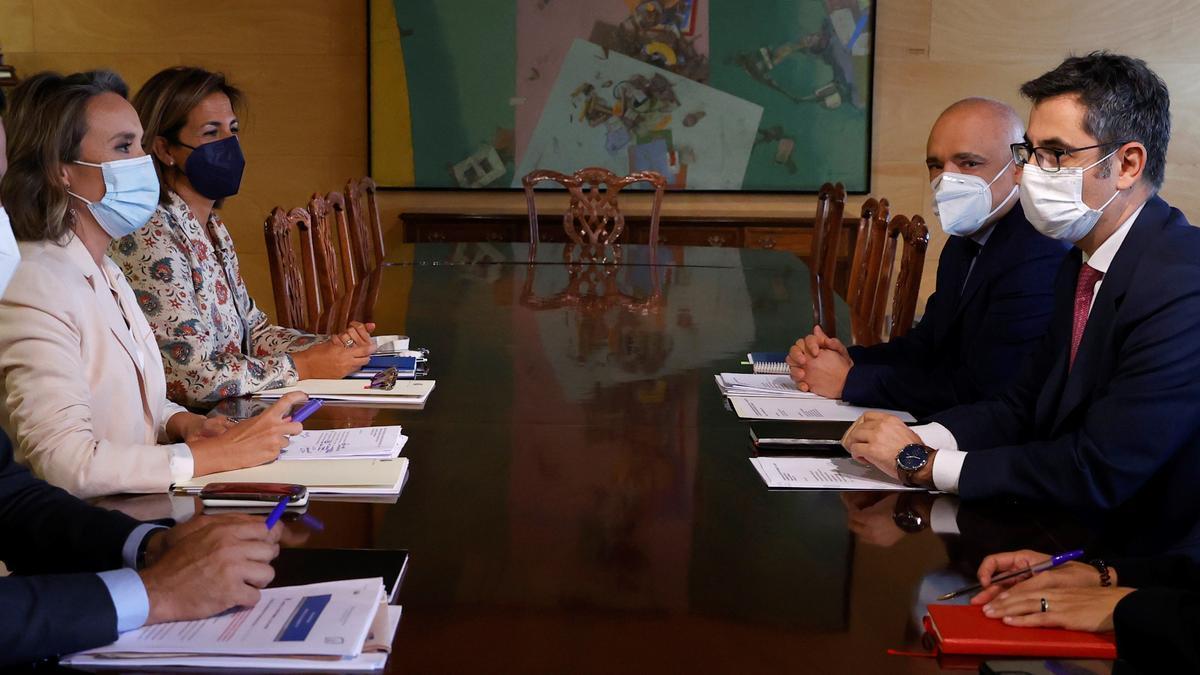 Gamarra (PP), en el centro a la izquierda, y el ministro Bolaños, en el centro a la derecha, con sus colaboradores, en la reunión de este martes en el Congreso.