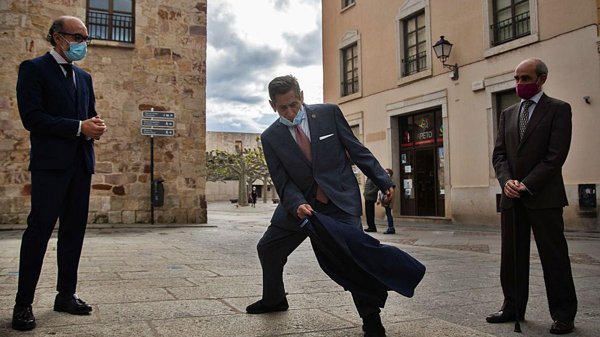El diestro Andrés Vázquez realiza un pase de muleta en la entrada del Teatro Ramos Carrión. | José Luis Fernández