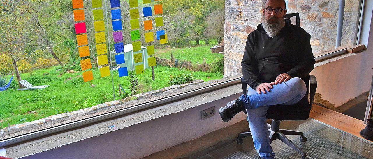 Mauricio O'Brien, en el despacho de su casa en El Valle, junto a la gran cristalera de su lugar de trabajo. |  | ANA PAZ PAREDES