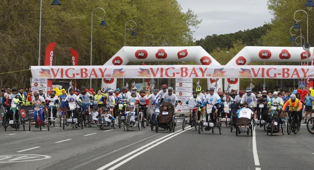 Los corredores de la categoría 'Handbike' d ela Vig-Bay toman la salida en Samil.