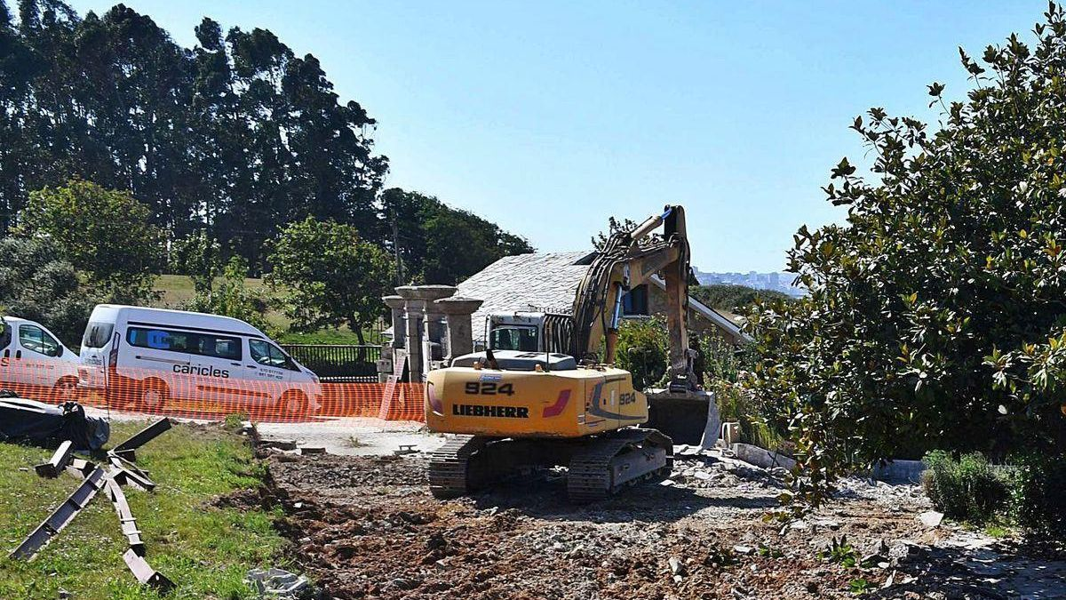 Vivienda que se prevé destinar a servicios del parque, al fondo, y restos de las derribadas.