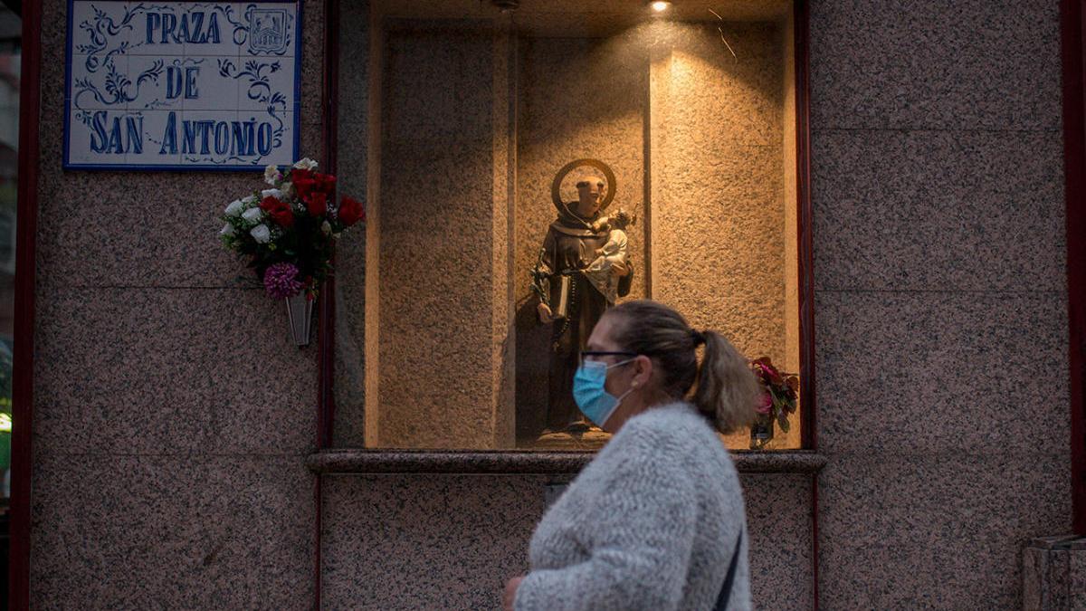 Una mujer con mascarilla cruza la Praza de San Antonio en Ourense