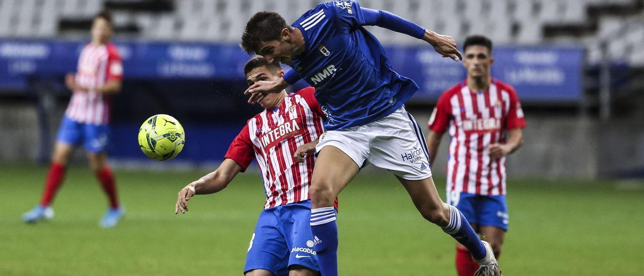 Edgar y Djuka pugnan por un balón durante el derbi de esta temporada en el Carlos Tartiere