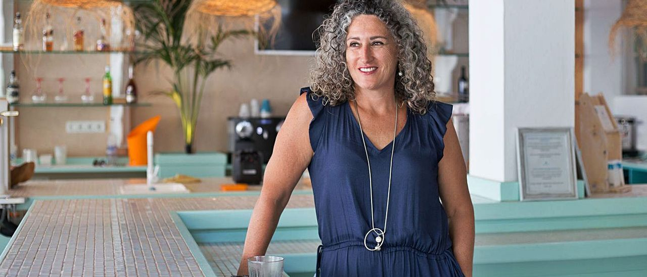 Verónica Juan, presidentade Pimeef Restauración,en el bar de su hotel The Beach Star.