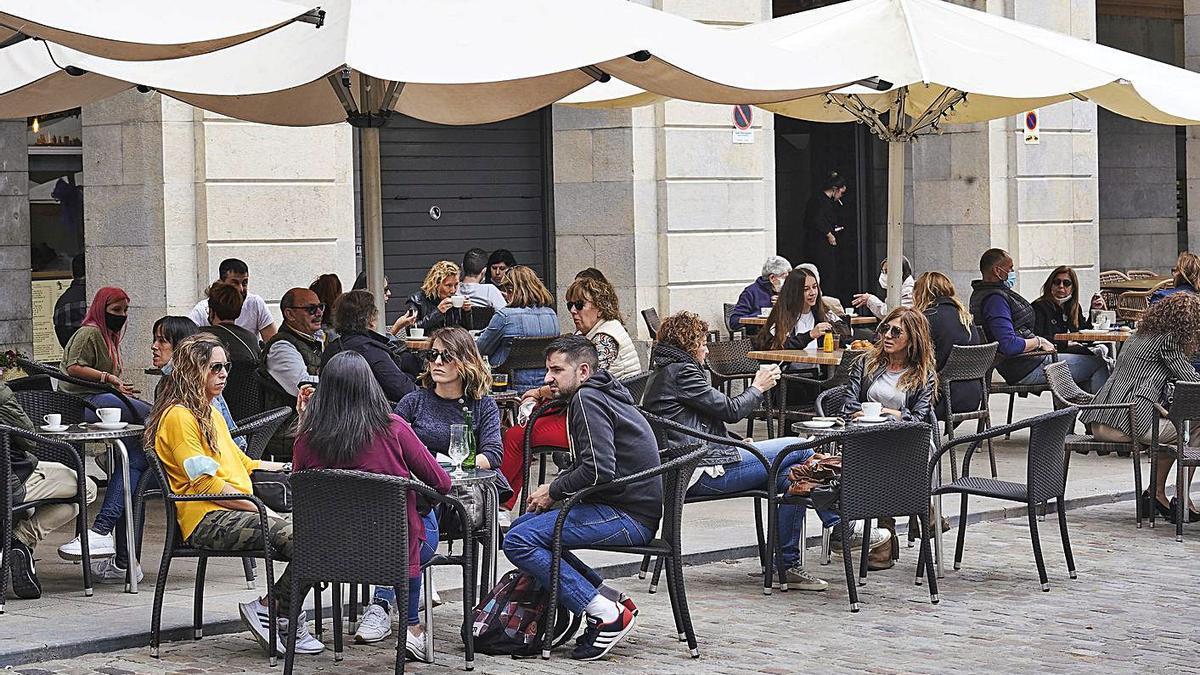 Terrasses plenes al centre de Girona, el mes passat.   MARC MARTÍ