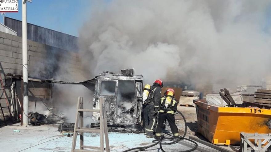 Aparatoso incendio de una furgoneta en Almassora