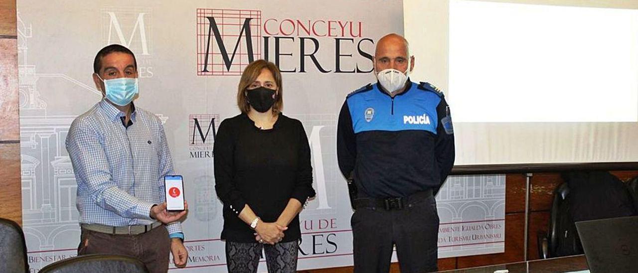 Por la izquierda, Ismael Menéndez, desarrollador de la aplicación; la edil Nuria Ordóñez, y el jefe de la Policía Local de Mieres, Rafael Carramal, durante la presentación del nuevo servicio.