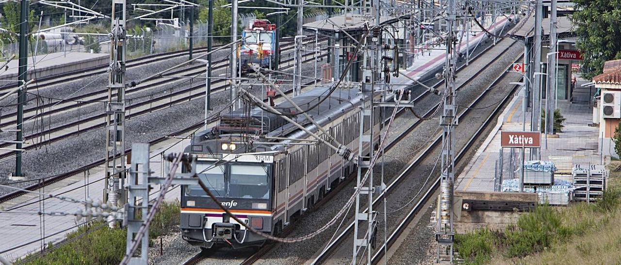 Un tren llega a la estación de Xàtiva, en una imagen de ayer por la tarde | PERALES IBORRA