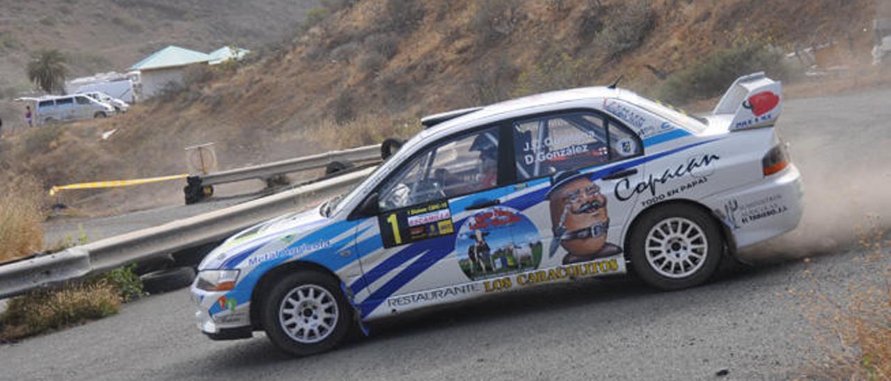 Juan Carlos Quintana intenta tomar una curva con su Mitsubishi Lancer EVO-IX