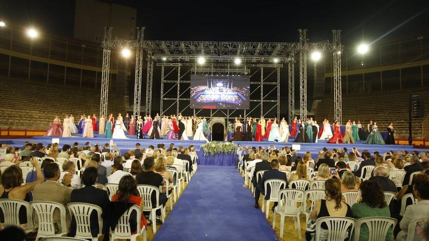 Las 79 aspirantes a Bellea del Foc desfilan en la Gala de Candidatas tras un año de espera