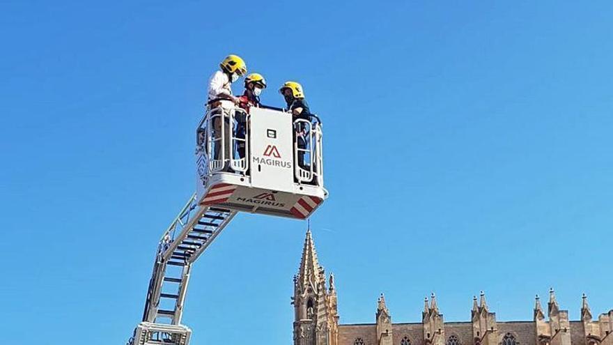 Los Bomberos reciben una autoescala que alcanza los 32 metros de altura