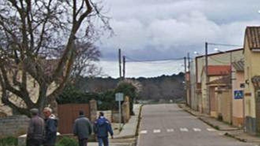 Vecinos de Peleagonzalo pasean por una calle del municipio.