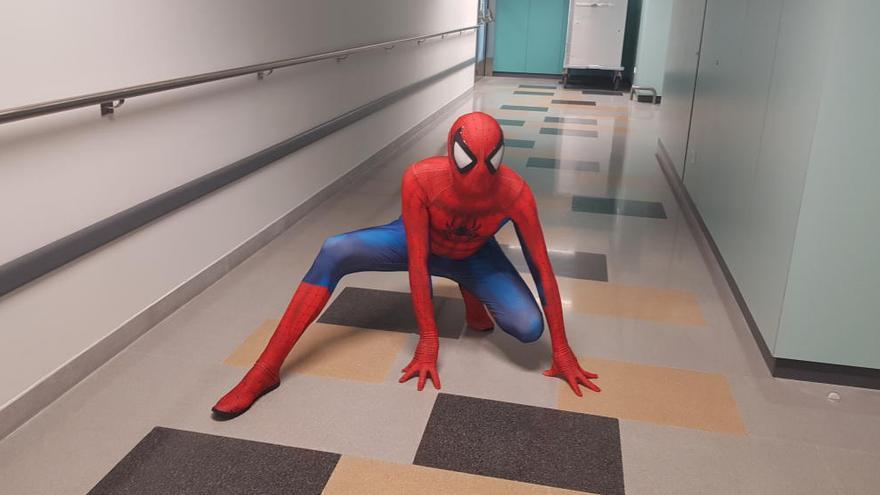 El Spiderman del HUCA: un hombre araña que alegra a los niños ingresados