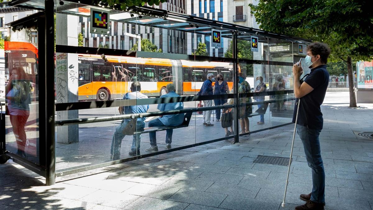 El sistema Navilens permite a las personas con discapacidad visual acceder a información sobre los tiempos de llegada de los autobuses.