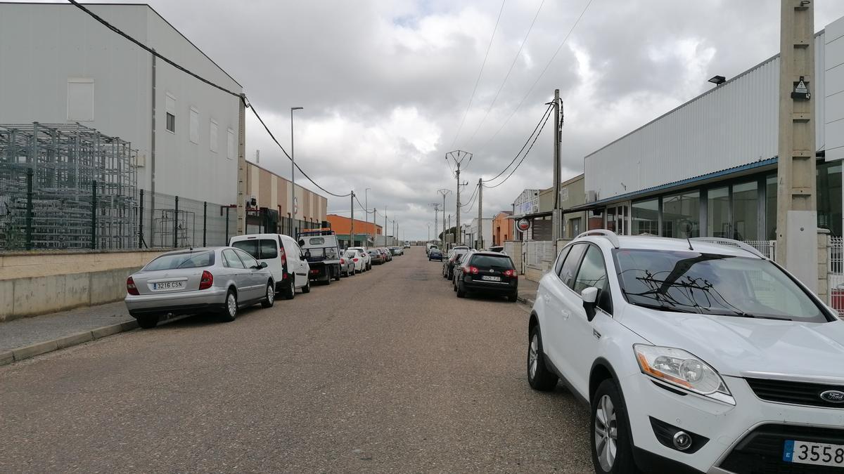 Vehículos aparcados en uno de los viales del polígono industrial norte de Toro