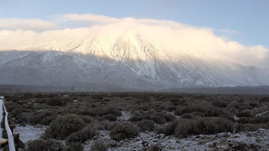 El Teide luce su manto blanco
