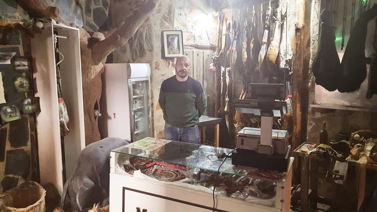Carlos Pérez en el interior de su local de la calle Virgen del Castillo.