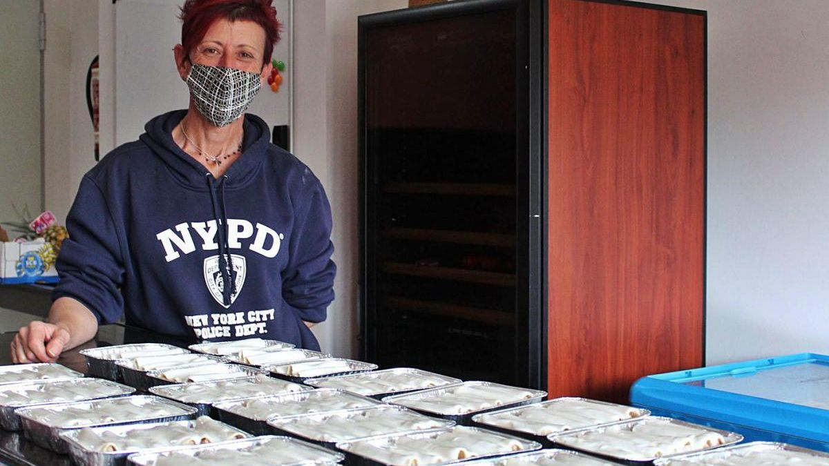 Maria López amb les safates de canelons que ahir estava enllestint a l'establiment