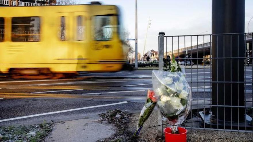 Una carta hallada en el coche de Gökmen Tanis mantiene la hipótesis terrorista