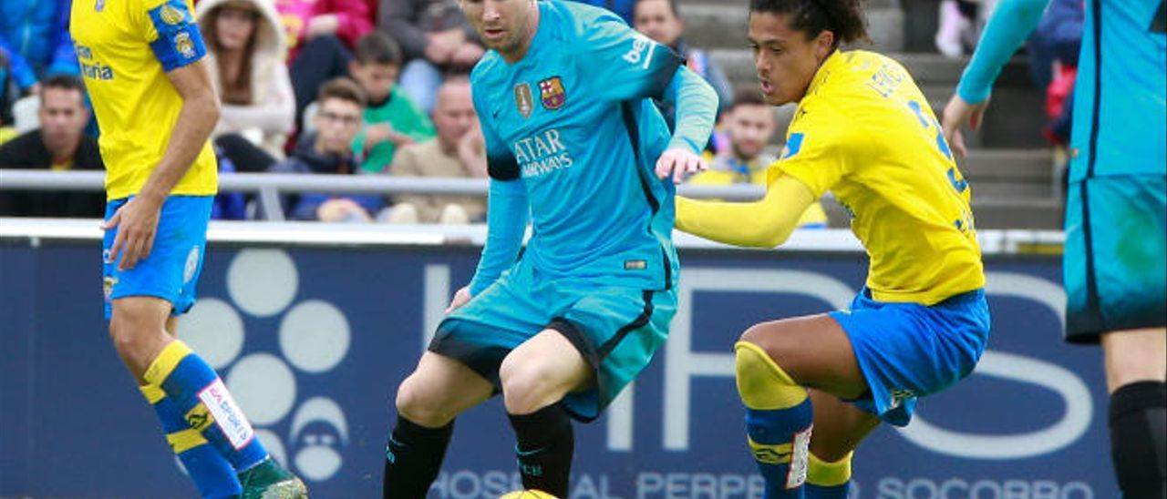 Messi controla el esférico ante la presión de Mauricio Lemos, que mañana será titular, junto a David García -detrás-.