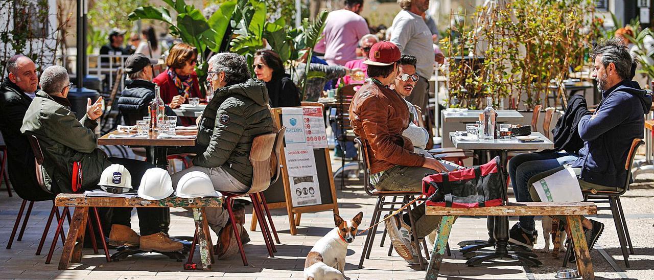 Bares y restaurantes deberán seguir sirviendo solo en sus terrazas durante, al menos, otras dos semanas.   TONI ESCOBAR