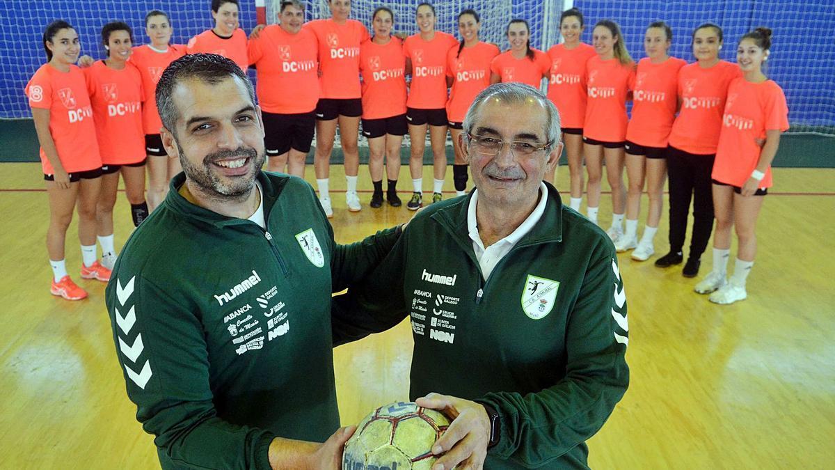 Padre e hijo están convencidos de poder llevar al Asmubal a la permanencia en la División de Plata del balonmano femenino español. |  // N.P.