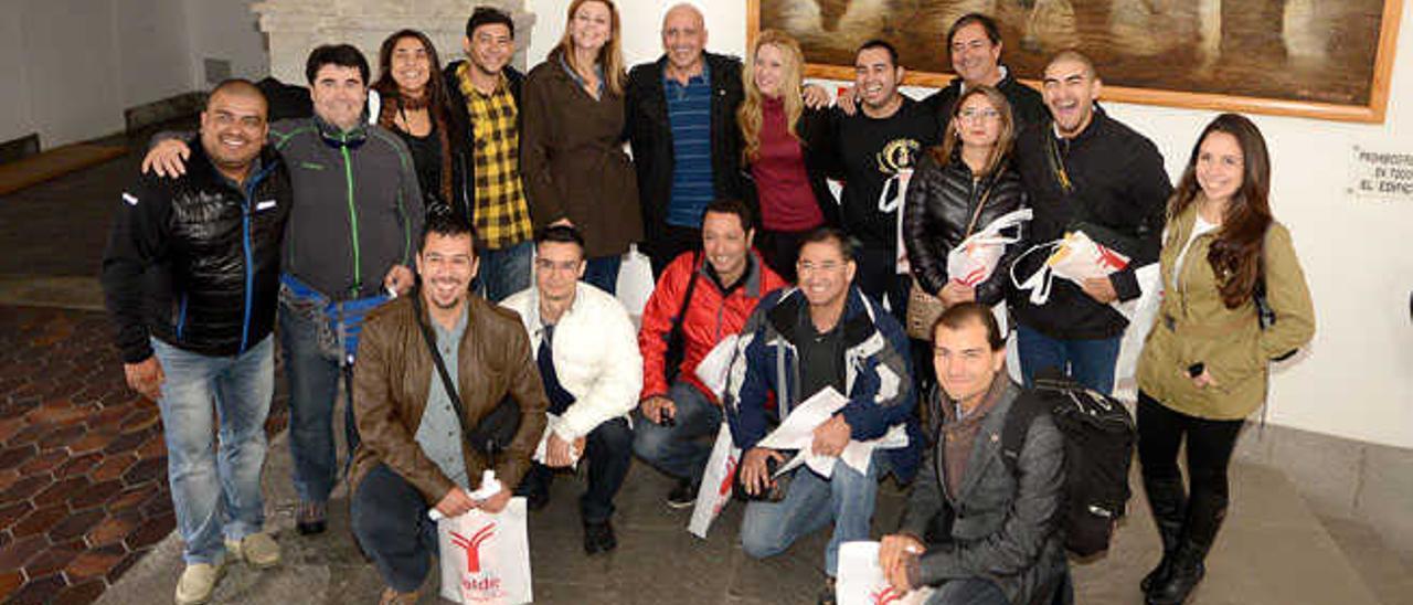 Arriba, el grupo de visitantes chilenos, junto a personal del Ayuntamiento de Telde, ayer.