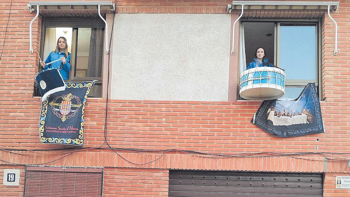 Tambores en los balcones para  evocar la Semana Santa en Alzira