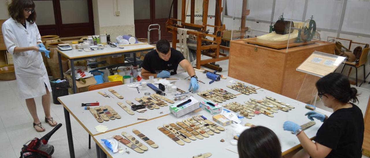 Los estudiantes trabajando en la restauración de las piezas que alberga el antiguo edificio de la Escuela Industrial en el Viaducto.