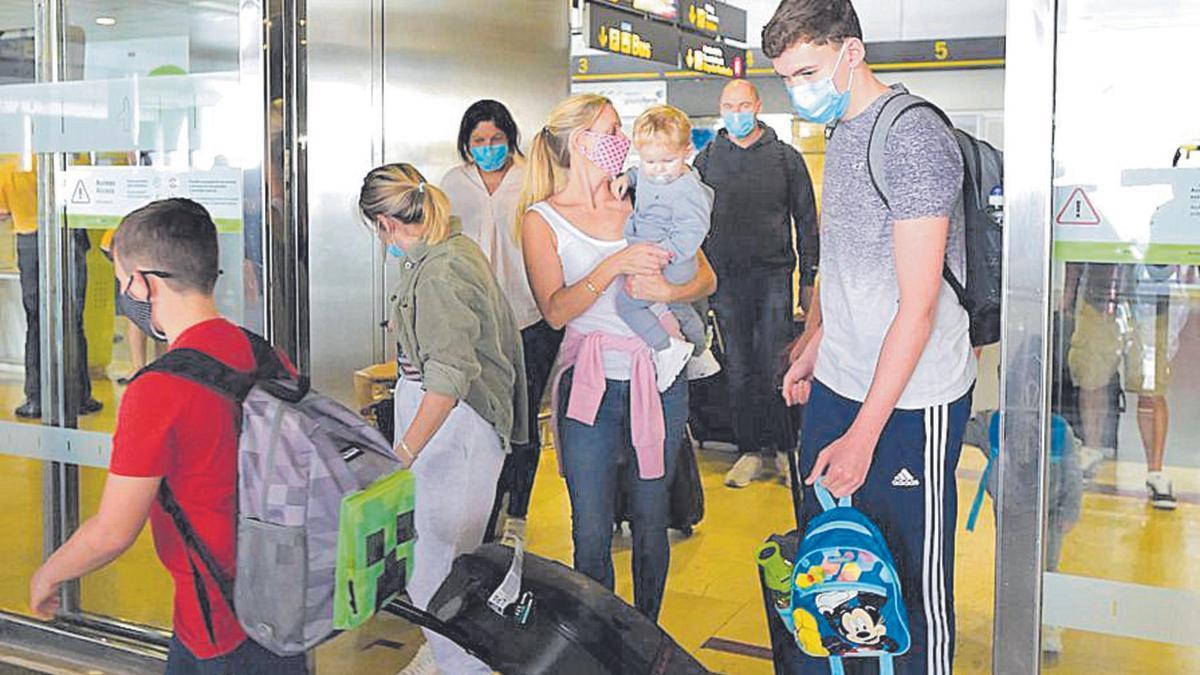 Turistas recién llegados ayer al Aeropuerto de Gran Canaria.